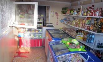 Трое парней обокрали магазин в поселке и уехали на такси в Омск
