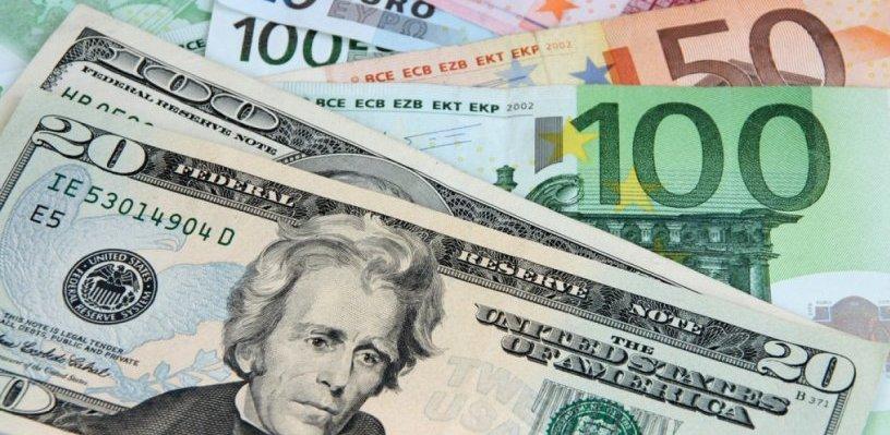 Курс валют: рубль снизился к доллару и евро в начале торгов