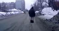 Омичи заметили на дороге полуголого пешехода