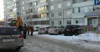 В Омске фонарный столб упал на стоянку автомобилей