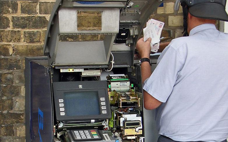 В Омске неизвестные ограбили банкомат