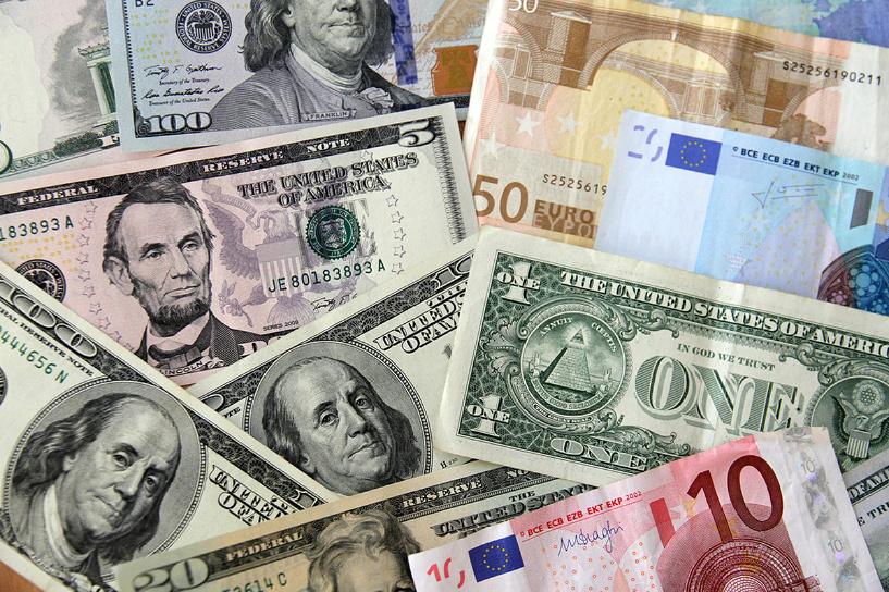 Биржевой курс евро упал ниже 57 рублей