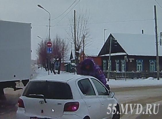 Омичу, «прокатившему» полицейского на капоте автомобиля, дали пять лет строго режима