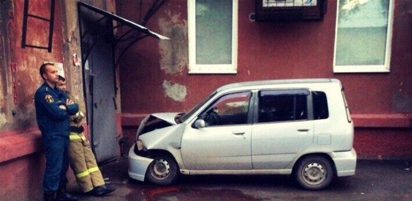 В Омске водитель иномарки врезался в дверь подъезда