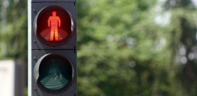В Омске для безопасности пешеходов скорректируют работу светофора на улице 25-я Линия