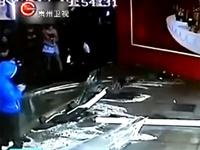 В Китае на людей упал аквариум с акулами