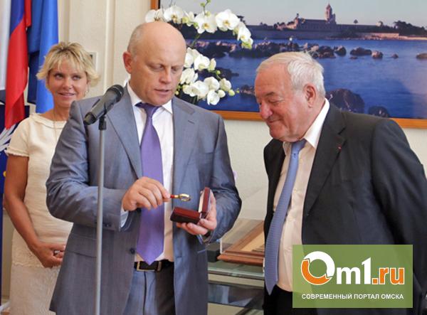 Губернатор Назаров подарил мэру Канн микро-Омскую область