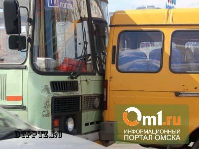 В центре Омска столкнулись две «Газели» и автобус