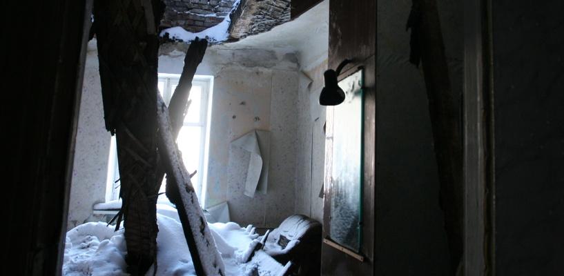Обрушившуюся от снега крышу в Омске не отремонтируют