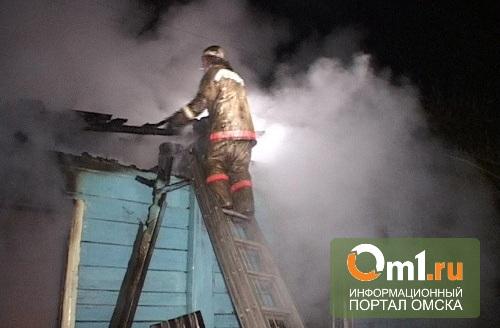 В Омске на 3-й Амурской из-за короткого замыкания сгорел частный дом