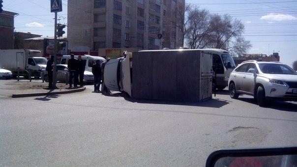 В Омске на Красном пути внедорожник перевернул грузовую «Газель»