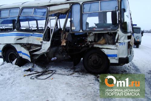 В Омской области пассажирский автобус столкнулся с «К700»