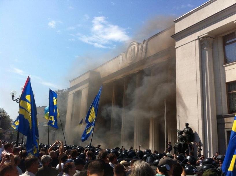 В Киеве митингующие штурмуют Верховную раду: ранены 15 полицейских