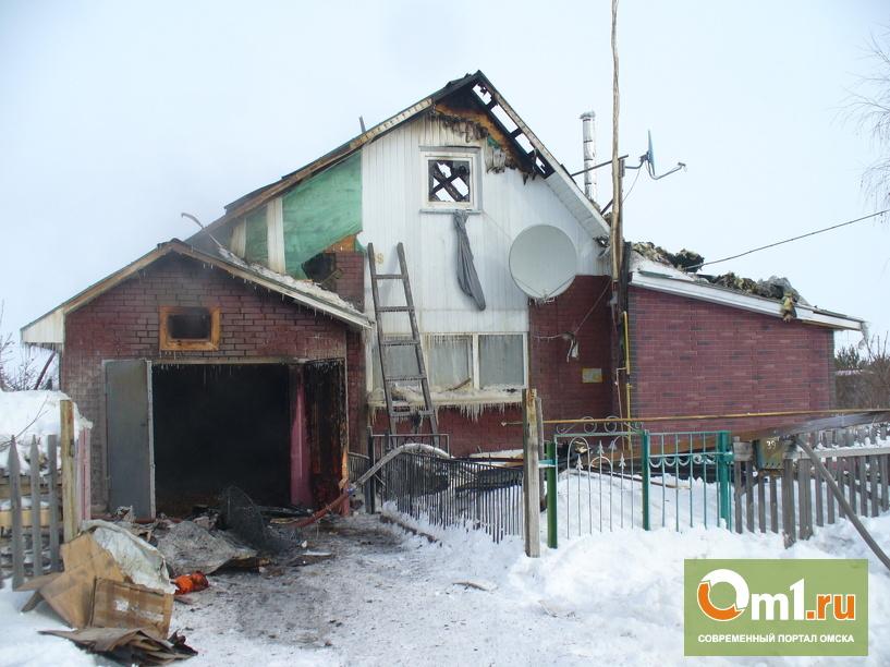 В Омском районе пожарные 1,5 часа тушили гараж