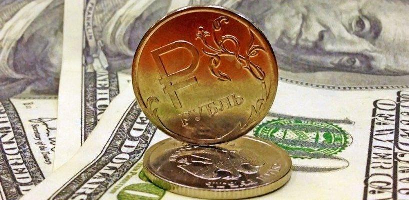 Курс валют: рубль падает по отношению к доллару и евро в начале недели