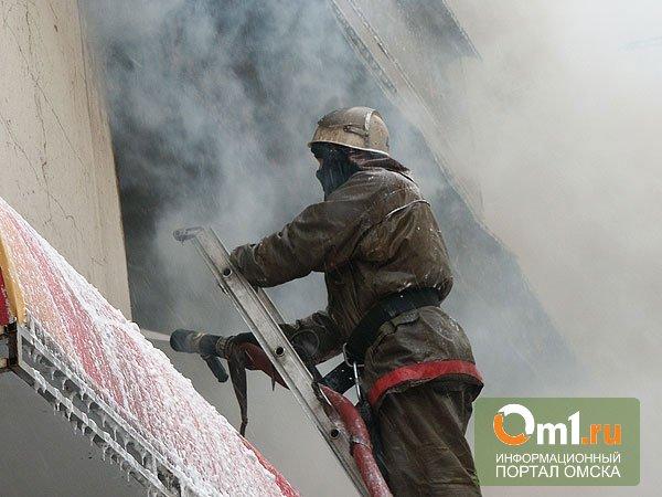 В Омске ночью из горящего дома эвакуировано 40 человек