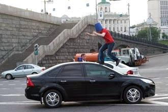 В Омске ночью хулиган бегал по крышам авто на парковке (ВИДЕО)