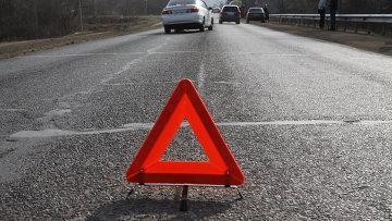 На трассе под Омском разбились три легковушки: погиб пассажир, двое ранены