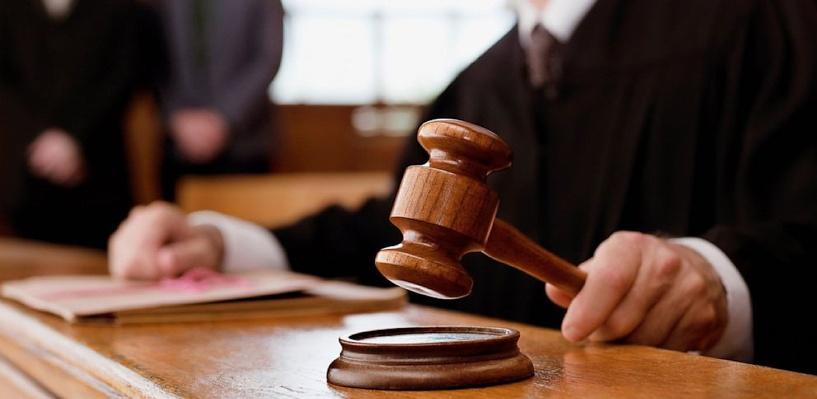 В Омске начался суд над подростком, который выбросил бутылку из окна