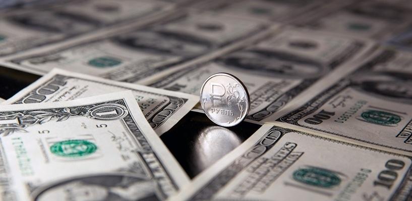 Курс валют: рубль снизился к доллару и евро из-за падения цены на нефть