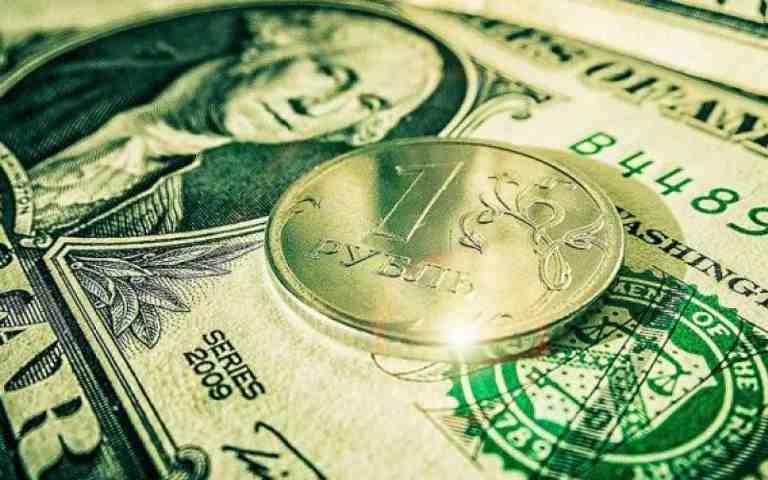 Курс валют: рубль потерял 27 копеек по отношению к доллару