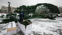 В центре Владивостока опять упала 30-метровая новогодняя елка