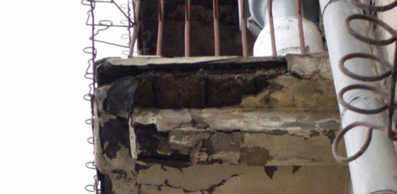 В центре Омска куски бетона с балкона падают на головы прохожих