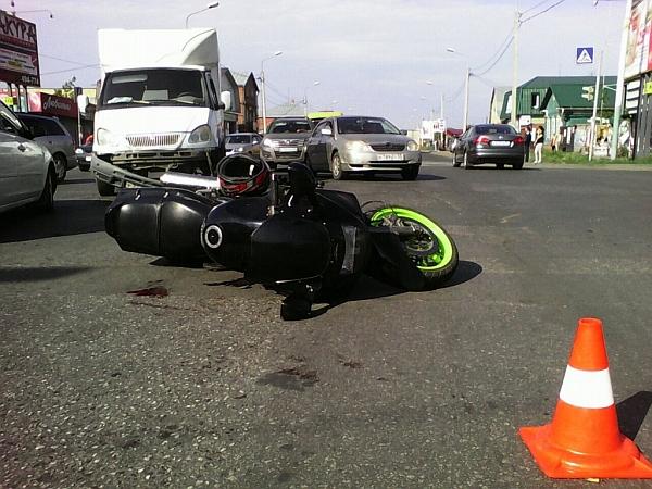 В центре Омска мотоциклист на Kawasaki врезался в газель