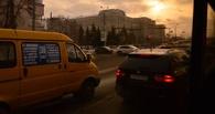 Пассажир омской маршрутки держал отвалившуюся на ходу дверь