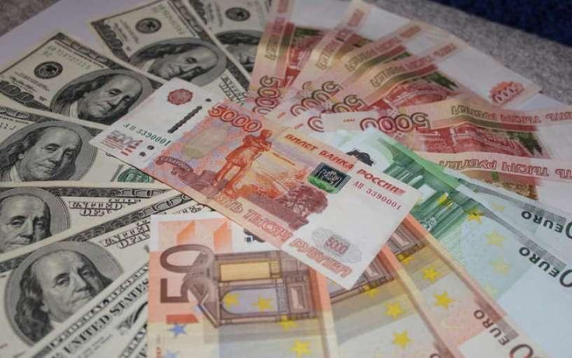 Курс валют: на открытии биржевых торгов доллар и евро немного упали