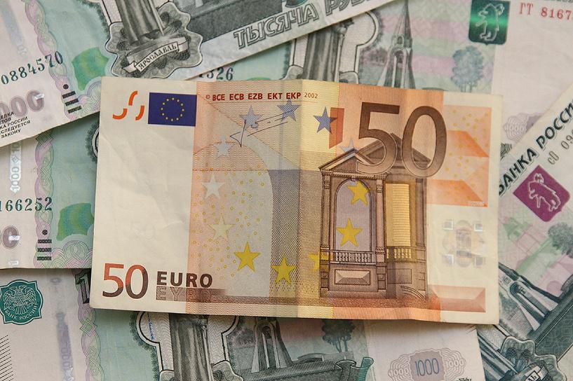 Российская валюта снова потеряла по два рубля к евро и доллару