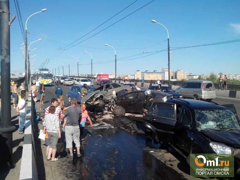 Авария с четырьмя автомобилями заблокировала мост в Омске