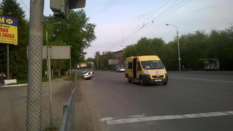 В Омске иномарка врезалась в маршрутку с 15-ю пассажирами