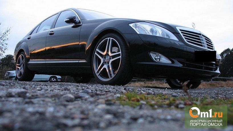 В Омске по набережной ехал и горел Mercedes-Benz S500