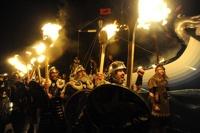 В Шотландии участники шествия викингов сожгли ладью