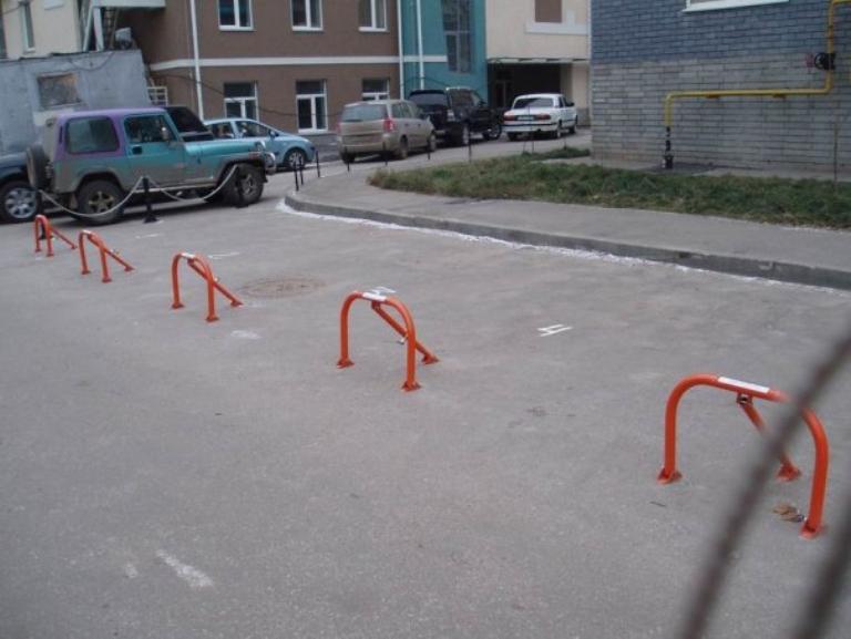 В Омске жители многоэтажного дома подали в суд на соседа, захватившего парковочные места
