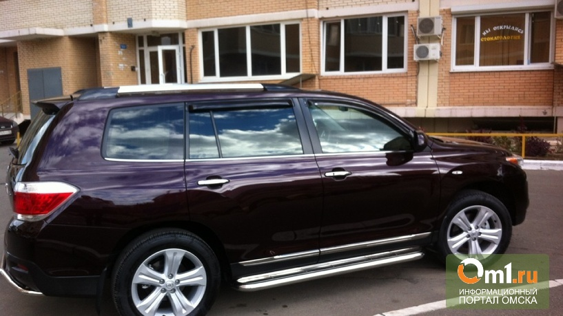 В Омске неизвестный похитил из Toyota Land Cruiser 300 тысяч