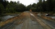 В Омской области пенсионер своими силами взялся чинить размытую дорогу