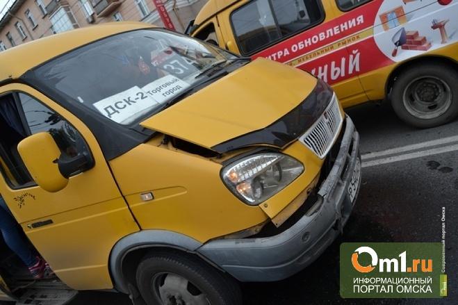 Омске водители маршруток № 409 и №374 массово нарушают ПДД