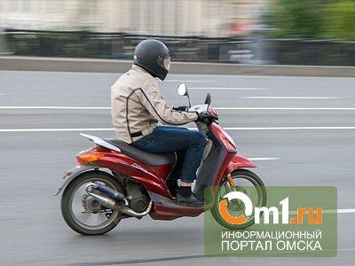 В Омской области пьяный подросток на мопеде врезался в машину