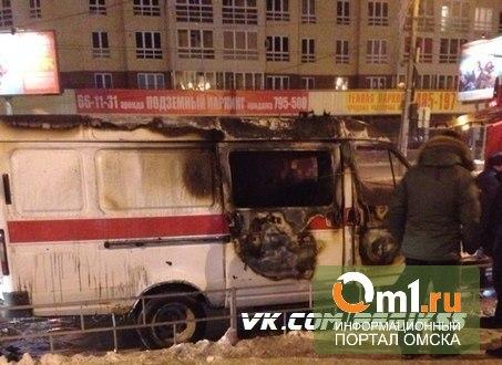 В Омске у «Кристалла» ночью горела «скорая»