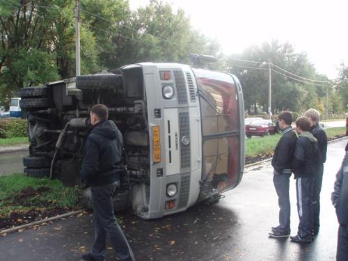 На трассе в Омской области опрокинулся пассажирский автобус