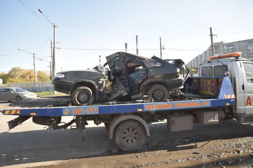 В Омске на Богдана Хмельницкого водитель въехал в столб (фото)