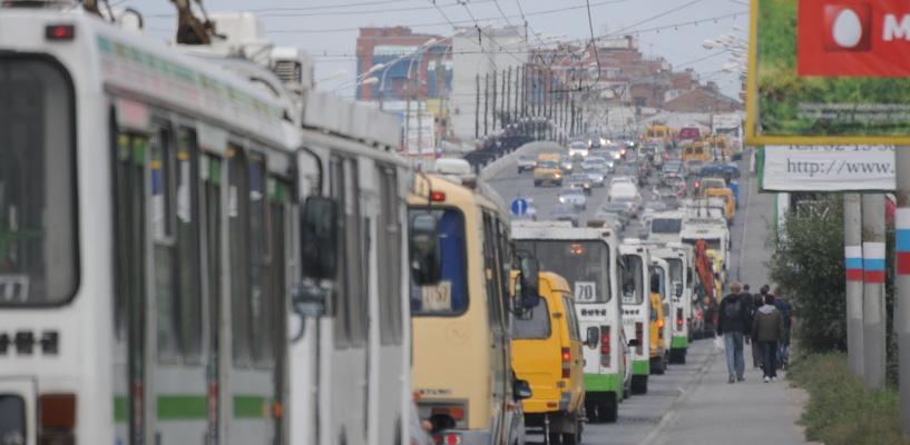 Жители Левобережья встали в пробку из-за аварии у Ленинградского моста