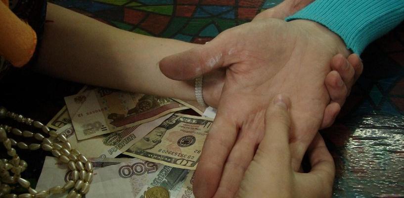 Две омички отдали «потомственной целительнице» свыше 20 000 рублей