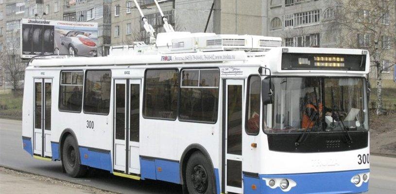 Пожилую омичку увезли в больницу после падения в троллейбусе