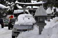 В заваленные снегом районы Японии продукты доставляют на вертолетах