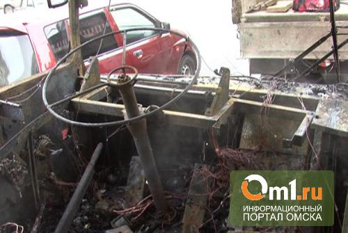 В Омске дотла сгорел троллейбус