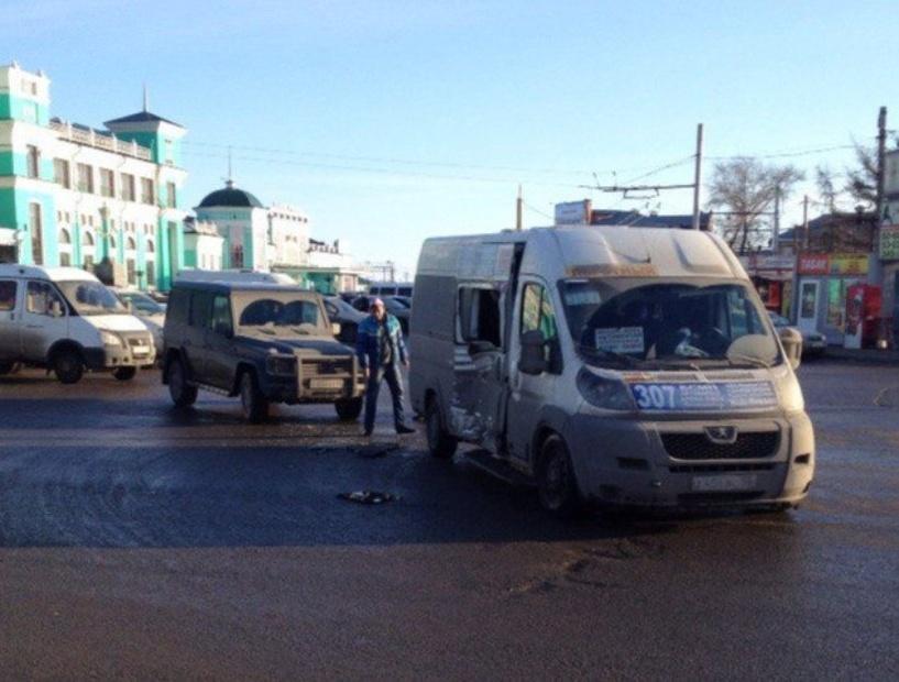 У железнодорожного вокзала в Омске столкнулись Mercedes и маршрутка