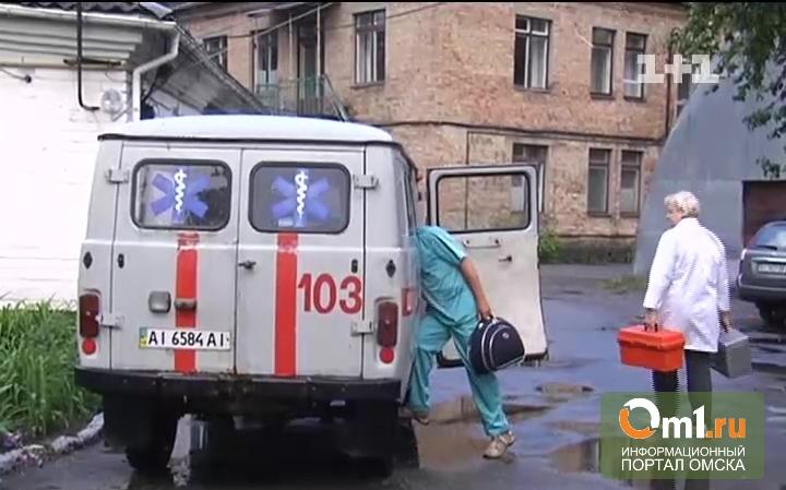 Ночью на пожаре в двухэтажке Омска пострадала пенсионерка